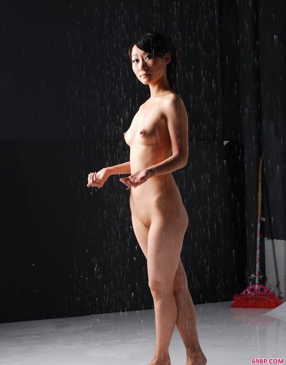 裸模小贤写真棚里的雨水人体,gogo欧美人体大胆电影