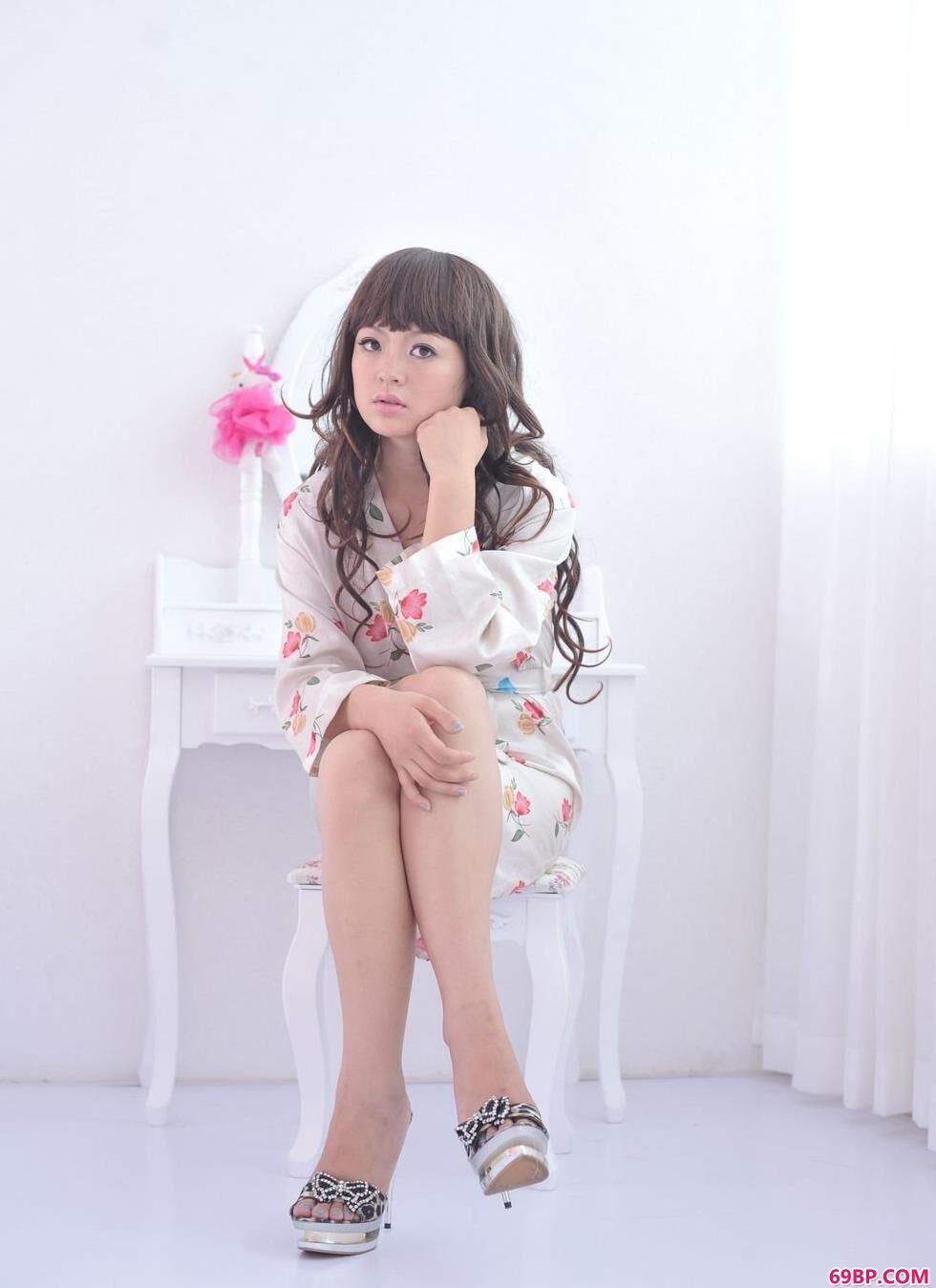 美女人体模特_超模苏茜梳妆镜前的粉色勾人美体