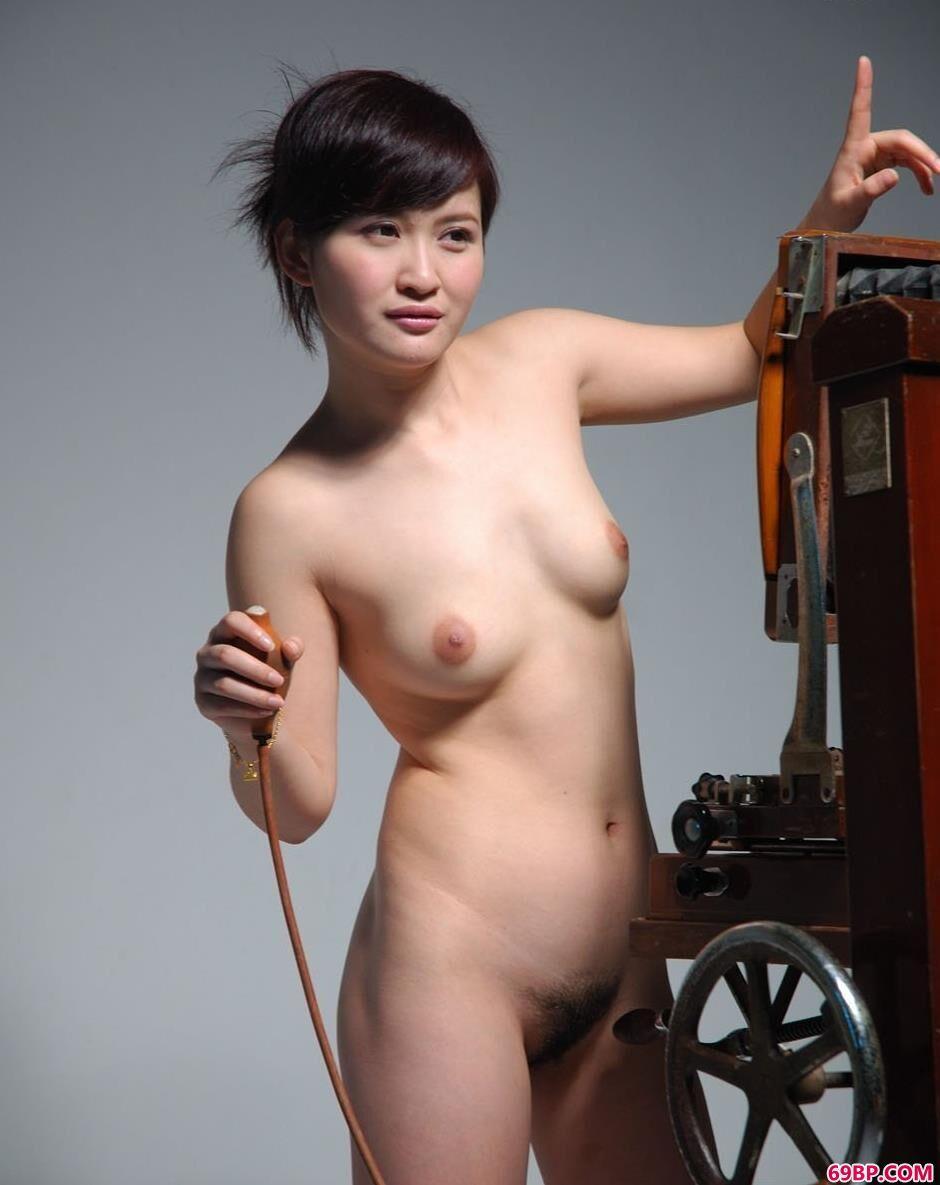 嫩模judy在老式相机前的风骚人体2,殴美人体美女人体艺术图片