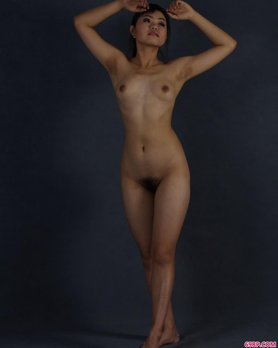 欧美少女屁股人体艺术,美模瑞尔图片棚里的丰润人体