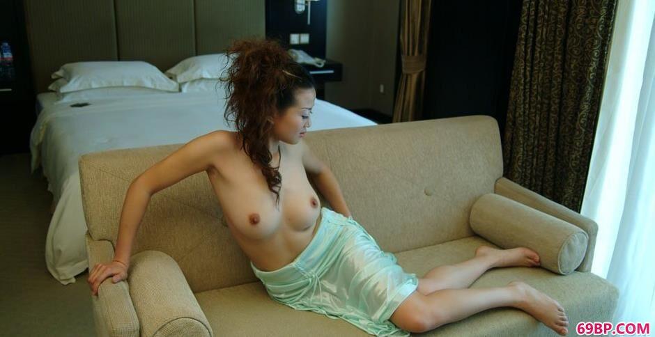 妹子颖星沙发上的勾魂美体1