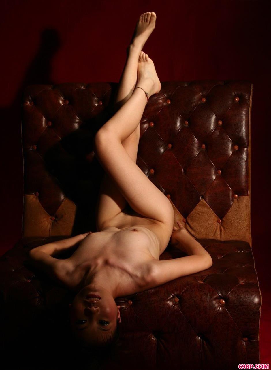 美模嘉嘉真皮沙发上的妖娆人体2