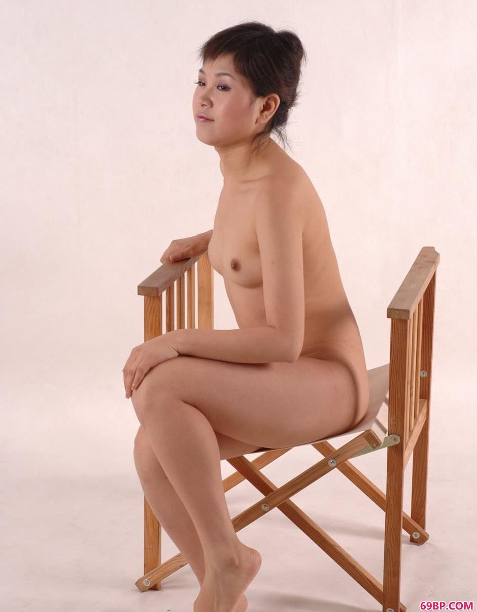 中国人体模特张筱雨_嫩模乔乔软椅上的娇羞美体