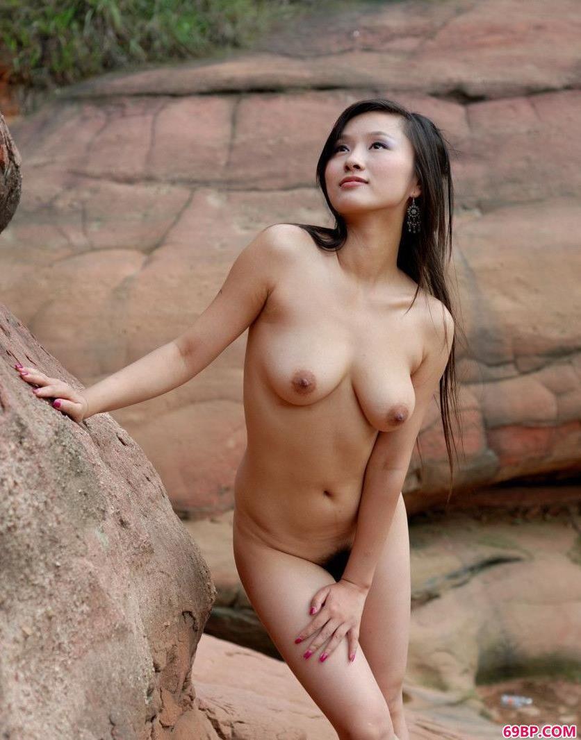 靓女心怡岩洞下的清纯人体