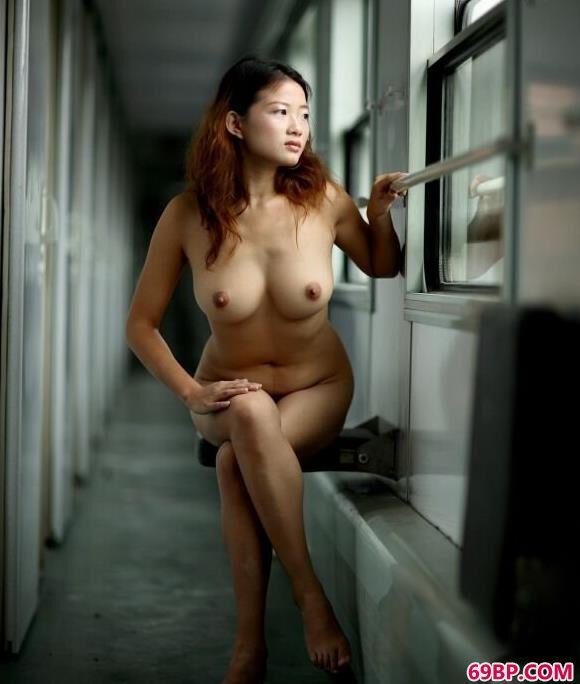 美模颖星在火车上过道里的美丽人体