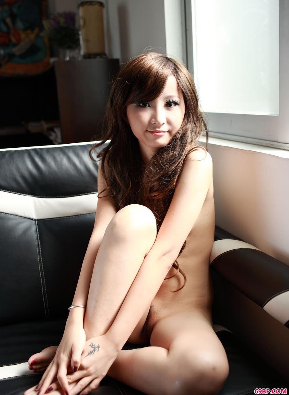 中国女性人体_裸模乐乐家中自拍人体照1