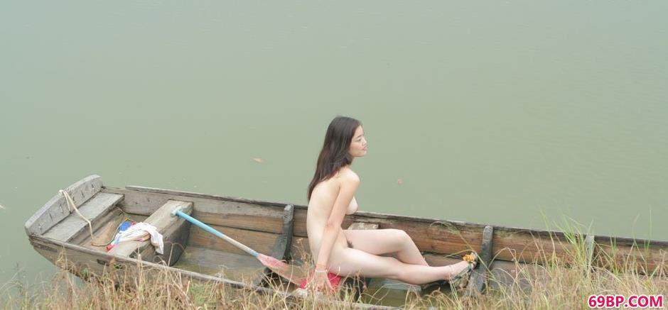 嫩模小游在湖上小船上的撩人美体1