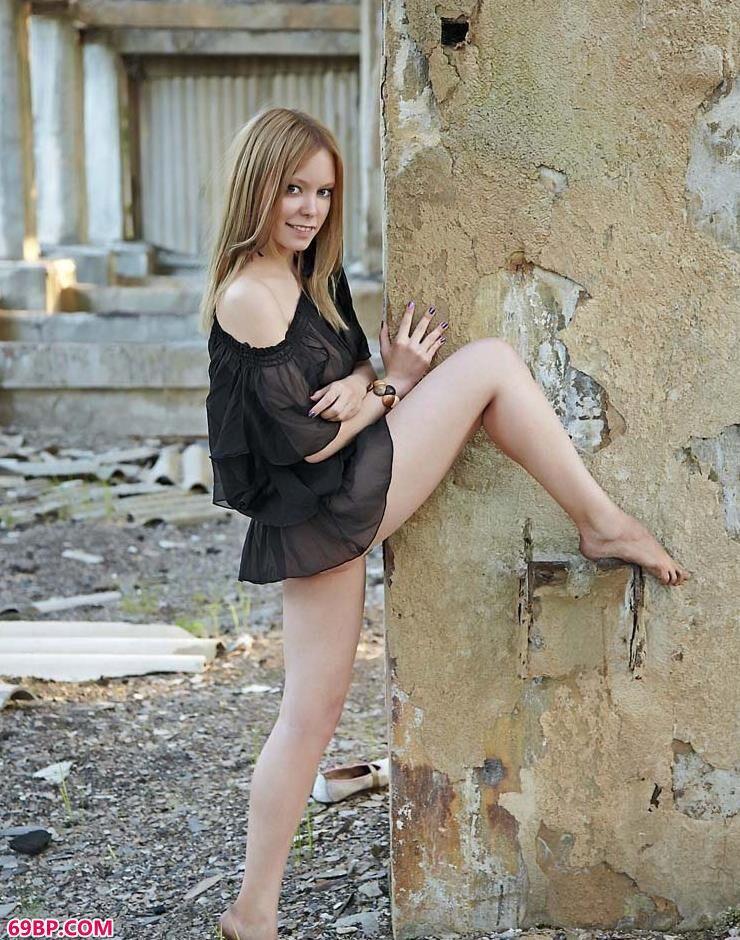 裸模Rista拆迁房里的性感人体_泰国人体艺术写真