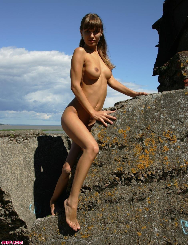 名模Angela岩石上的妩媚人体
