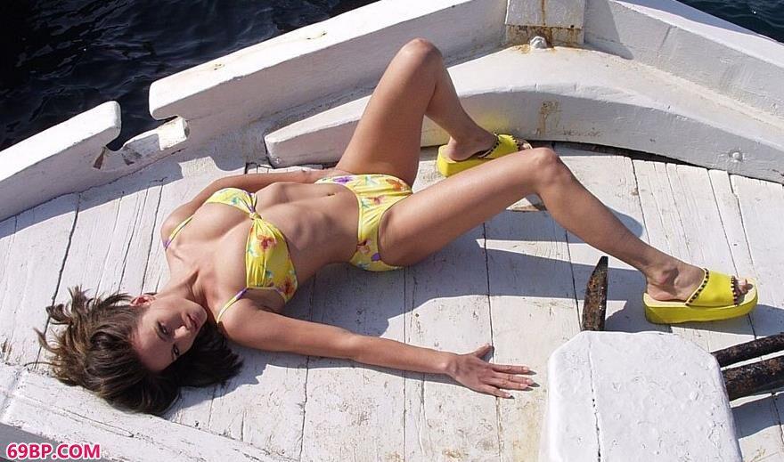 裸模Griselda在航行的船上拍美体_陈美妍