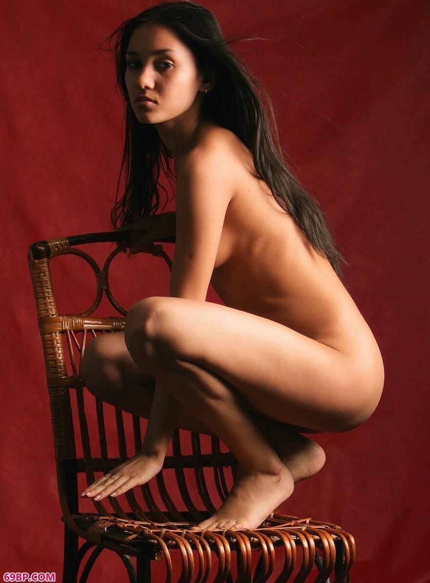 西西人体大尺度net_纯情的lily红背景下的藤椅美体2