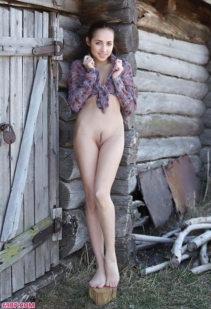 破木屋旁的美人扎拉(zara)_亚洲自拍欧美图区18P