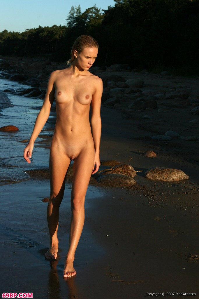 海里的靓女人体摄影