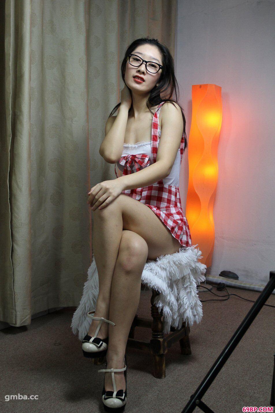 模特小美(心茹)摘下墨镜大胆约拍顶级人体艺术