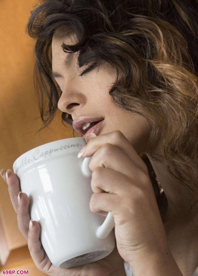喝咖啡的女子SydneyWolf_欧美大胆艺术照